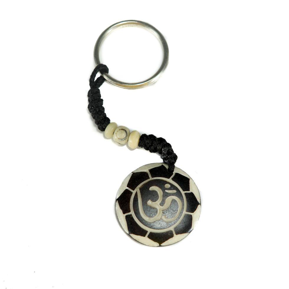 Kostěný přívěsek na klíče Om di bunga teratai putih