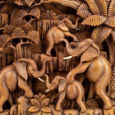 Vyřezávaná dřevěná plastika Stádo slonů v lese Indonesia
